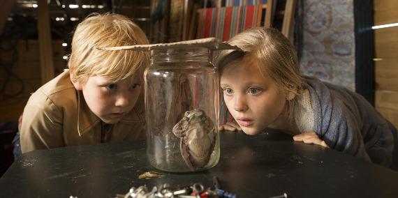 """Szenenbild aus """"Hilfe, unser Lehrer ist ein Frosch!""""   Bild: 24 Bilder"""